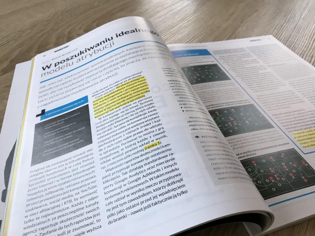 """Zdjęcie artykułu Witolda Wrodarczyka pt. """"W poszukiwaniu idealnego modelu atrybucji) w magazynie Marketer+."""