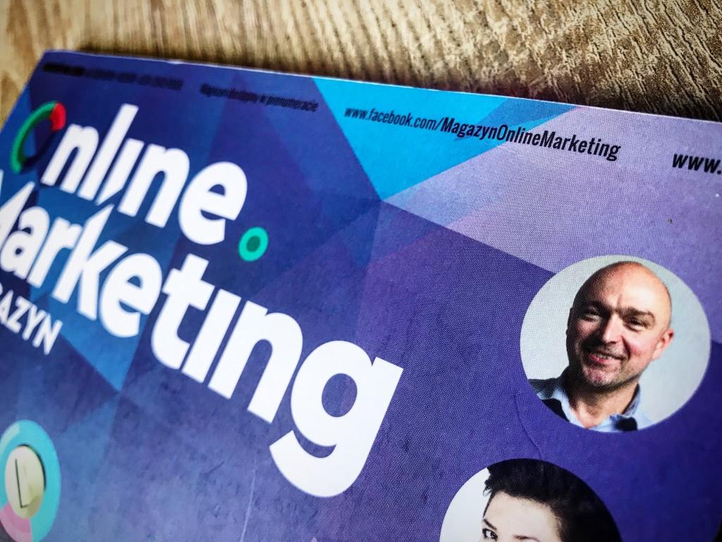 Zdjęcie okładki magazynu Online Marketing. Na okładce widoczne jest zdjęcie Witolda Wrodarczyka z Adequate Interactive Boutique - jednego z autorów artykułów.